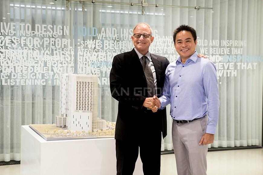 Đại diện công ty B+H Architects và công ty Phú Trần bắt tay sau buổi báo cáo thành công